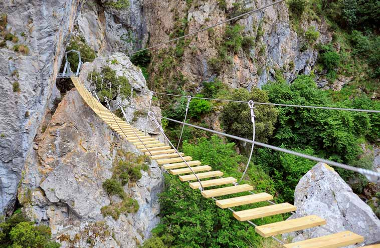 Puente tibetano a 30m de altura sobre el río Cares que da entrada a la vía ferrata El Cares.