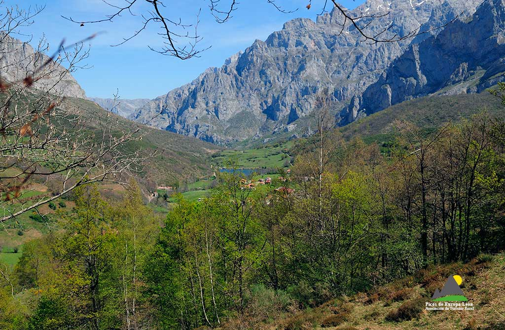 Vistas desde la ruta, llegando a Posada de Valdeón.